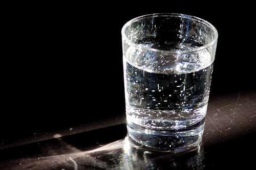 Le goût de chlore peut nuire au plaisir de boire un verre d'eau. Garant de la sécurité sanitaire de l'eau, le chlore d'un récipient ouvert s'élimine en une heure au frigidaire. © MaxLeMans CC by 2.0