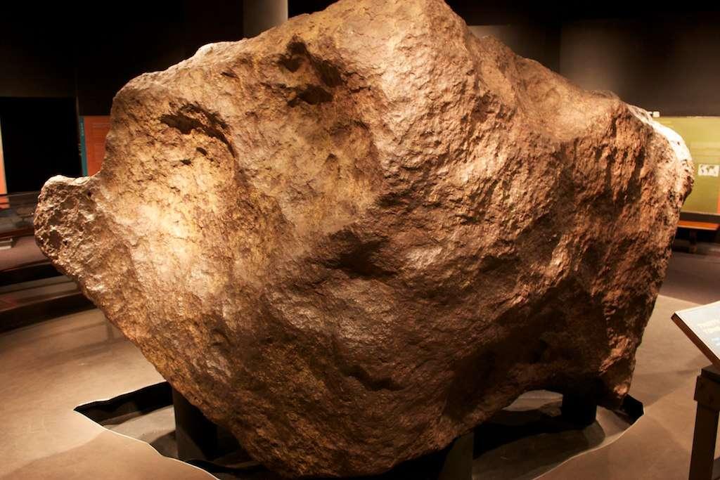 Le fragment Ahnighito de la météorite de Cape York est exposé au Museum américain d'histoire naturelle. © Mike Cassano, Wikimedia Commons, CC 2.0