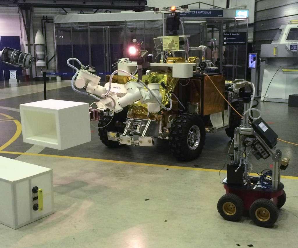 Le rover Eurobot de l'ESA, situé dans le Centre technique de l'ESA à l'Estec, piloté par Andreas Mogensen depuis la Station spatiale. © ESA