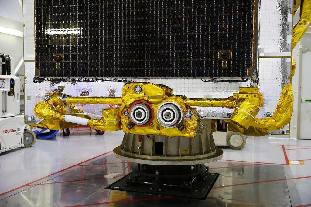 Une paire de deux propulseurs de hall de 5 KW installée sur un des deux bras robotisé du satellite Eutelsat 172B. © Airbus