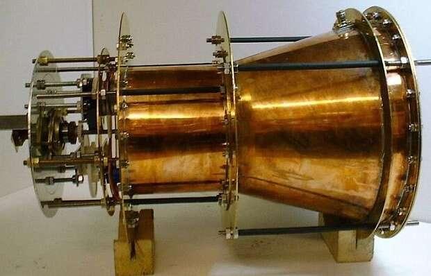Un prototype de propulseur EM, ou EM Drive. Les micro-ondes, à l'intérieur, font des allers-retours entre les deux faces réfléchissantes (ici à gauche et à droite), de dimensions différentes, d'où la forme conique. Une poussée serait alors créée, affirment ses inventeurs. Ici, l'engin serait accéléré vers la gauche. © Roger Shawyer, Satellite Propulsion Research Ltd