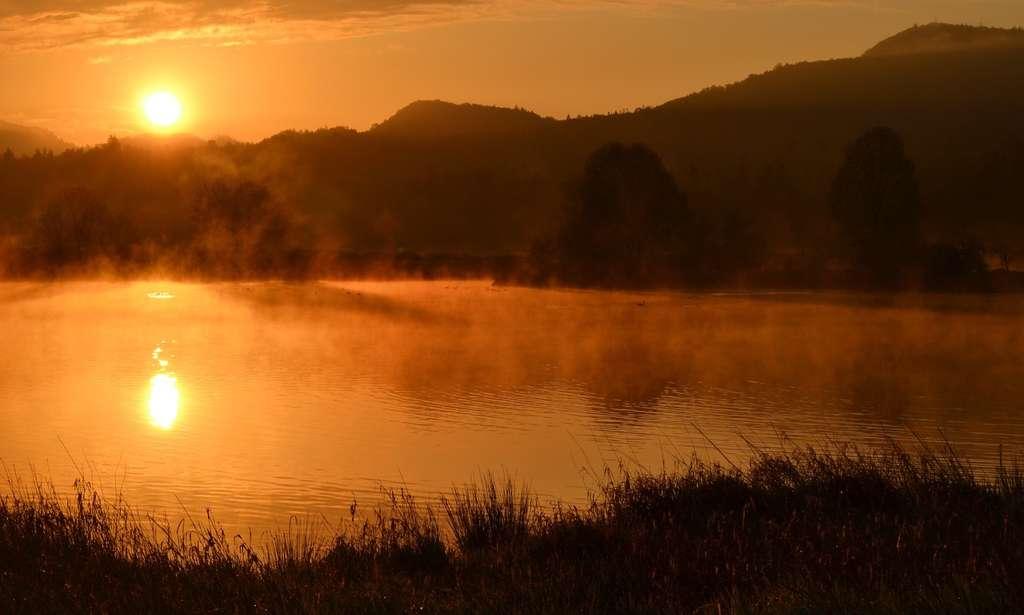 Un étang est généralement moins grand et moins profond qu'un lac et plus grand et plus profond qu'une mare. © Zaimful, Pixabay, CC0 Public Domain