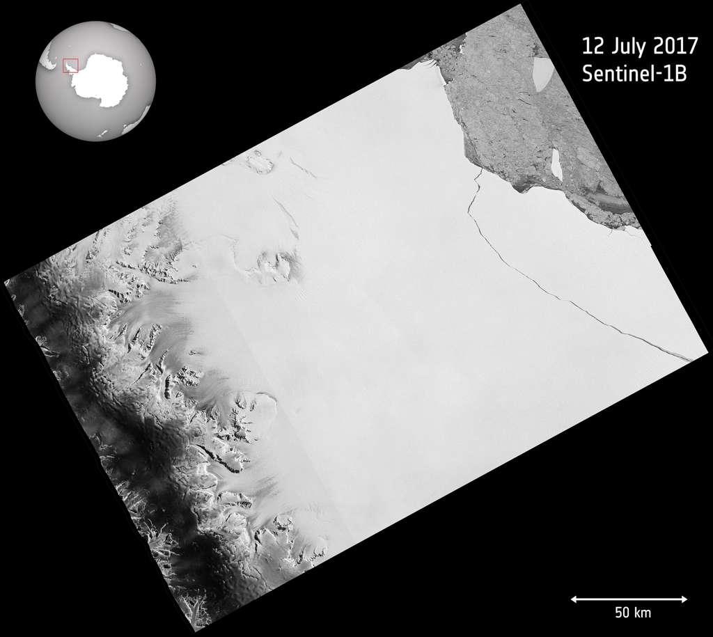 Comme en témoigne cette image radar du satellite Sentinel-1, la fissure dans la plateforme de glace Larsen C est arrivée jusqu'au bout, détachant ainsi un iceberg géant, l'un des plus grands jamais observés. © Copernicus Sentinel data (2017), ESA, CC BY-SA 3.0 IGO
