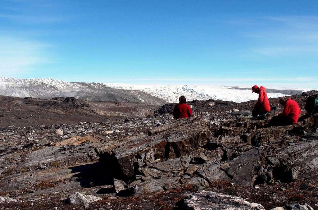 Sur cette photo, prise en juillet 2012, on voit l'équipe de géologues en plein travail sur le site d'Isua, au Groenland. C'est à l'occasion de cette expédition qu'ils ont trouvé ce qui est peut-être la plus ancienne trace d'une forme de vie sur Terre. © Laure Gauthiez