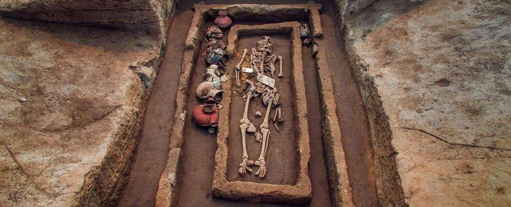 L'un des squelettes retrouvés, avec ses parures et les poteries qui l'ont accompagné dans l'au-delà. Ce personnage devait bénéficier d'un statut social élevé. © Université du Shandong