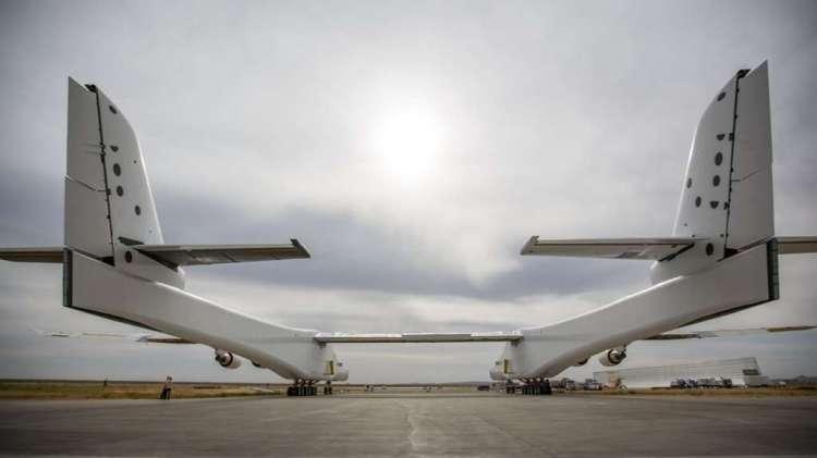 Le Stratolaunch est tout aussi impressionnant vu de dos avec ses fuselages qui mesurent plus de 72 m de long chacun. © Stratolaunch Systems