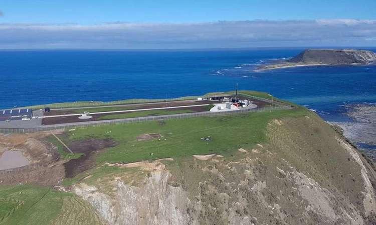 La base de lancement de Rocket Lab en Nouvelle-Zélande. À la différence de SpaceX qui loue actuellement les pas de tir de l'U.S. Air Force et de la Nasa, Rocket Lab s'est dotée de sa propre base de lancement en Nouvelle-Zélande. La start-up, qui vise plusieurs dizaines de lancements chaque année, a besoin d'une grande autonomie pour son accès à l'espace. D'où la nécessité de ne pas dépendre d'installations de lancement d'un pays ou d'une agence spatiale. En dehors de cette indépendance, il n'y a aucun intérêt particulier à décoller depuis la Nouvelle-Zélande, sauf à lancer en direction de l'océan Pacifique sud, qui est aussi la zone au-dessus de laquelle sont désorbités la plupart des satellites en fin de vie. © Rocket Lab