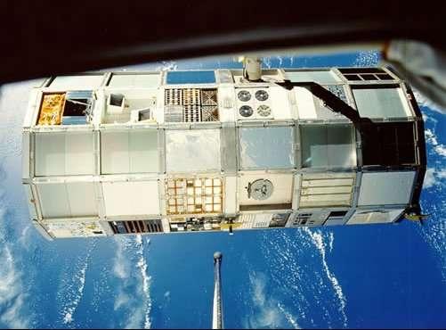 L'expérience Long Duration Exposure Facility, entre 1984 et 1990, a permis d'étudier les impacts et leurs effets sur différents matériaux. © Nasa