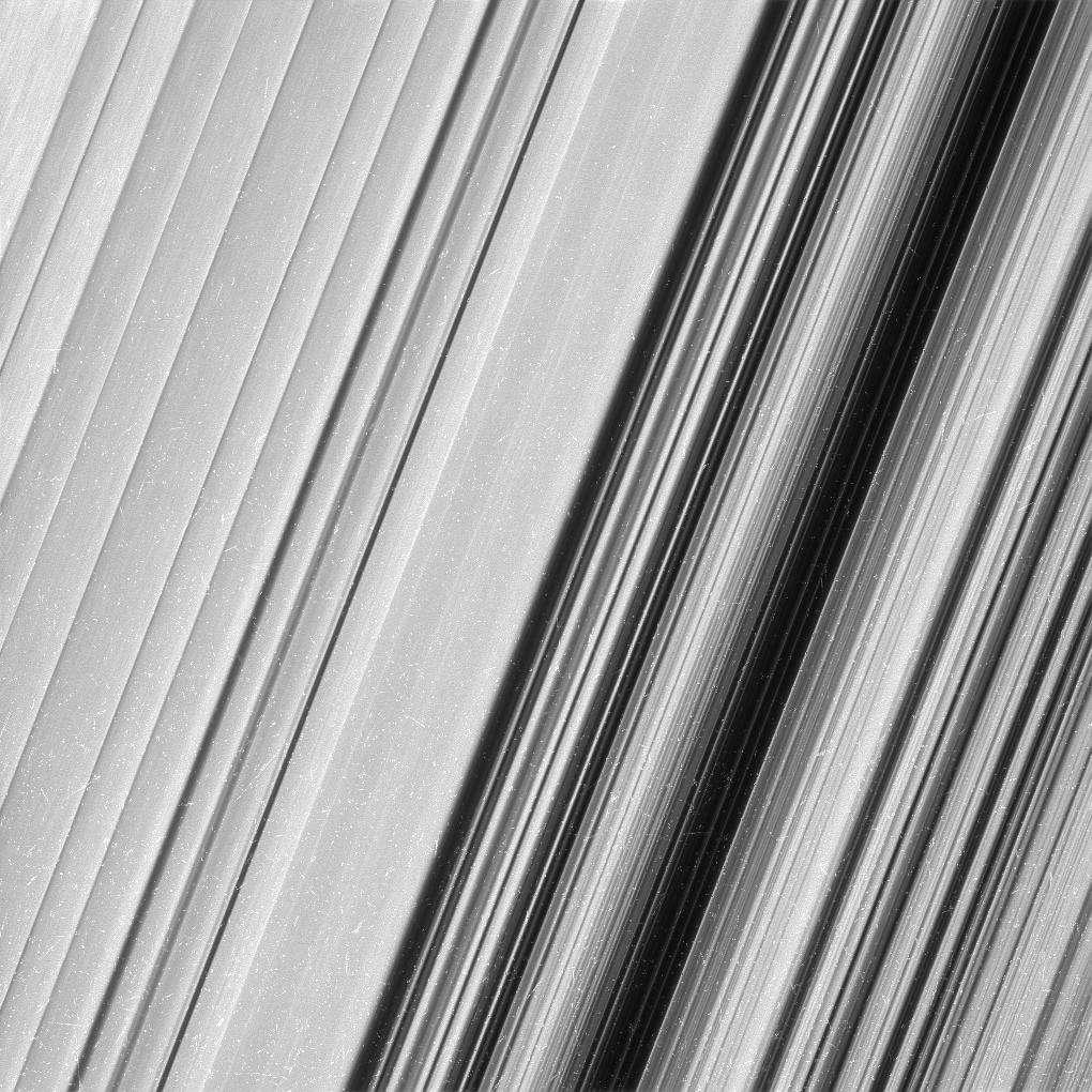 Région externe de l'anneau B photographiée par Cassini le 18 décembre 2016, à 51.000 km. La résolution est de 360 m par pixel. Les rayons cosmiques sont à l'origine des traces blanches apparaissant sur l'image. Elles ont été laissées pour ne pas perdre des détails. © Nasa, JPL-Caltech, Space Science Institute
