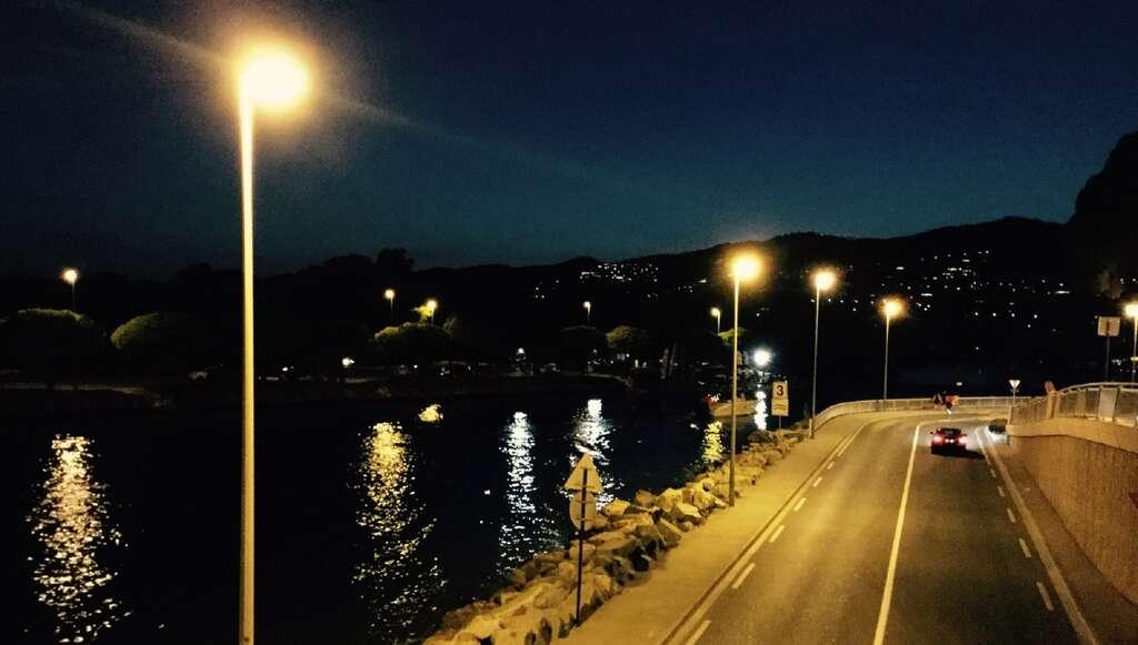 La nuit, l'éclairage public gêne l'observation des étoiles mais aussi les pollinisateurs. © Irina, Fotolia