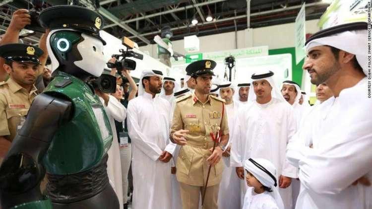 Dubaï veut créer un robot policier capable de faire le même travail qu'un humain, ce qui soulève de nombreuses questions sur les limites et les risques d'une telle expérience. © Dubai Media Office