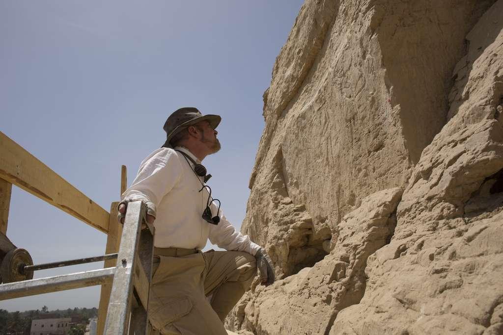 L'égyptologue John Coleman Darnell devant les hiéroglyphes géants de Nekheb. © Yale University, Ministry of Antiquities