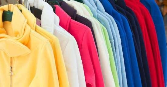 Le plastique issu du tri, débarrassé de ses impuretés, lavé et transformé en paillettes peut ensuite devenir… des vêtements en fibres polaires, par exemple. © dvoevnore, Fotolia