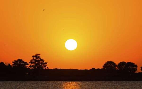 L'ouragan Ophélia crée un soleil rouge et un ciel jaune en ...