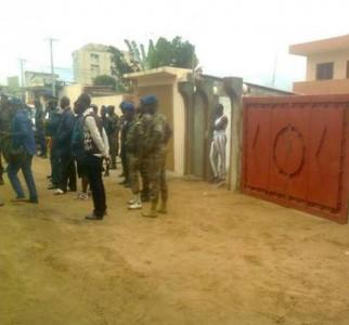Les militaires près de la maison de Gaston Zossou. Photo: Page Facebook mercredi rouge