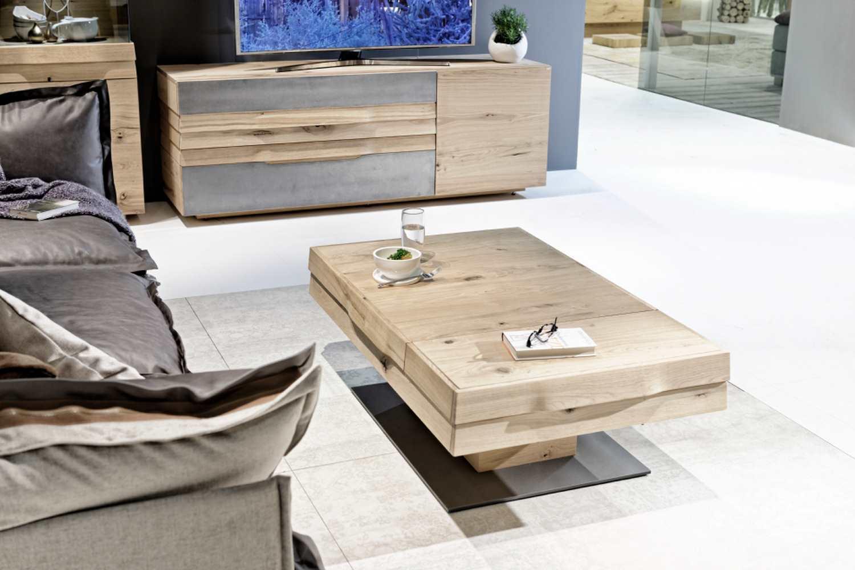 table de salon amovible haut de gamme en chene disposee dans une piece moderne avec des