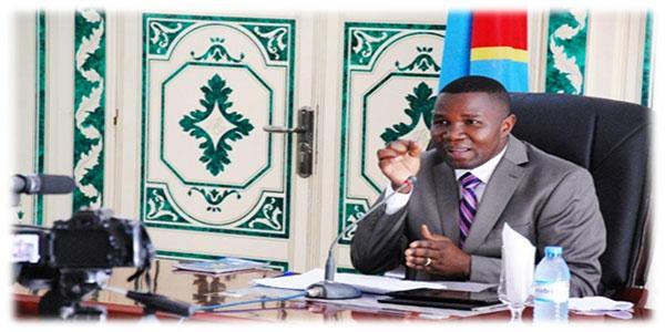 Photo d'un Gouverneur congolais en train de parler.