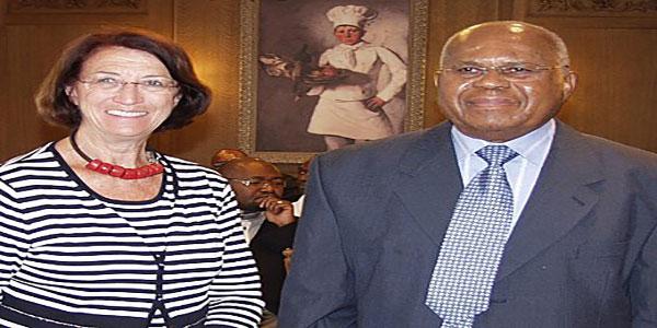 Photo d'un journaliste belge avec un politicien congolais.