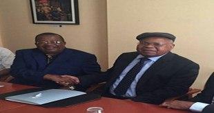Poignée de main entre deux politiciens Congolais.
