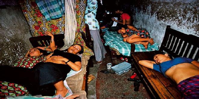 Photo des prostituées en Inde, allongée sur plusieurs lits dans une chambre.