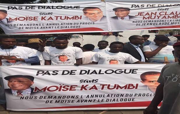 """""""Pas de dialogue sans Moïse Katumbi"""", ont plaidé ses partisans sur des banderoles."""
