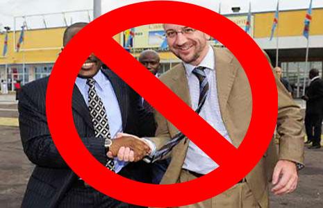 """Charles Michel, alors ministre belge de la Coopération au développement (2007-2011), échange une poignée de mains en 2007, à Kinshasa, avec """"Joseph Kabila""""."""