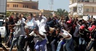 Moise Katumbi [milieu en blans] et ses combattants, mains en l'air devant la police congolaise.