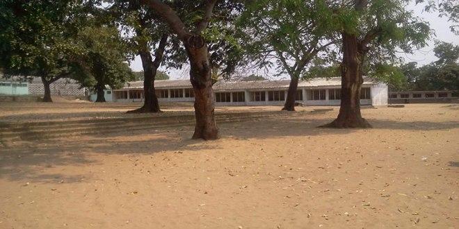 La cour d'une école en RDC.