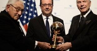 François Hollande reçoit son prix d'homme d'Etat mondial