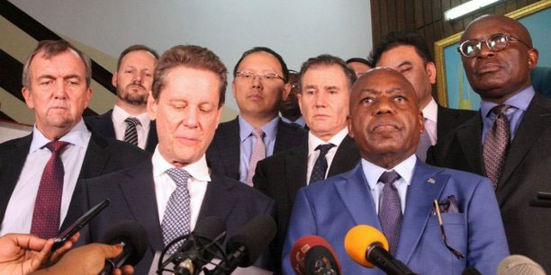 Martin Kabwelulu, en compagnie des patrons des groupes miniers locaux, lors de la conférence organisée à l'issue de la rencontre avec le président de la RDC, Joseph Kabila, le 7 mars 2018 à Kinshasa