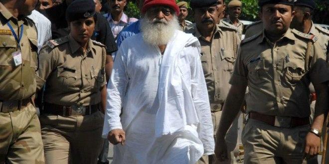 Gourou indien Asaram escorté par la polie à Jodhpur le 14 octobre 2013
