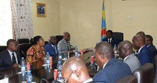 Joseph Kabila [au milieu] lors d'une reunion.