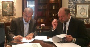 Moise Katumbi en train de signer une plainte déposee au UN Human Rights.