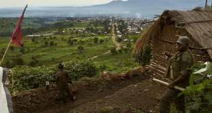 Deux soldats de l'armée congolaise surveillent leur base surplombant la ville de Kibirizi, au Nord-Kivu