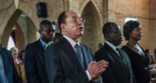 Léon Kengo Wa Dondo (au milieu), président du Sénat en RDC, assiste à une messe catholique à Kinshasa le 21 septembre 2016.