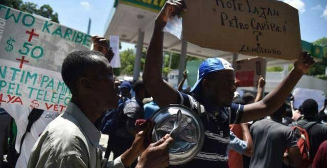 Des manifestants à Port-au-Prince, le 24 août 2018.