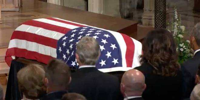 Cercueil dans une Église : Funérailles du sénateur John McCain.