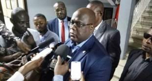 Felix-Antoine TSHILOMBO TSHISEKEDI dit Fatshi, entoure des journalistes.