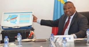 Corneille NANGAA, président de la CENI-RDC, présente une machine a voter.