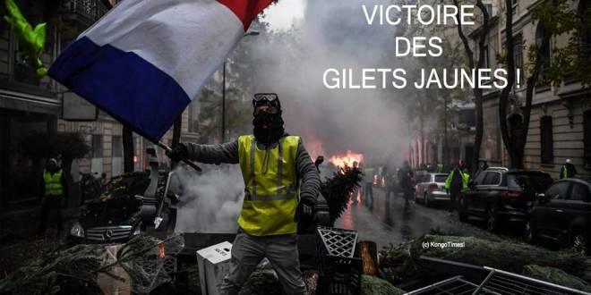 Un Gilet Jaune en train de célébrer sur les débris leurs déterminations en France.