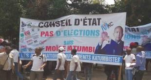 Les partisans de Moise KATUMBI avec un banderole.