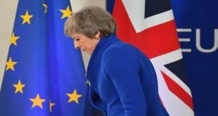 Theresa May, Premier ministre britannique, sortant d'une conférence de presse.