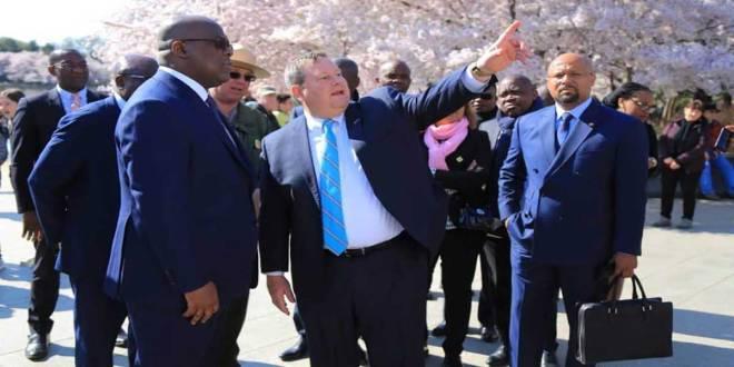 Fatshi [gauche], président de la RDC, lors de sa visite a Washington, avec l'ambassadeur des USA a Kinshasa, en train de lui montrer quelque chose.