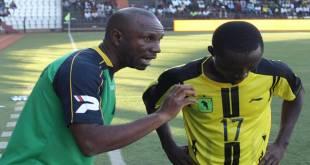 Entrain de donner des consignes a un joueur, Florent IBENGE, entraîneur de l'AS Vita Club et de l'équipe nationale de la RDC, Les Léopards.