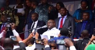 Fatshi [chemise blanche], président de la RDC, lors meeting au Stade des Martyrs de Kinshasa.