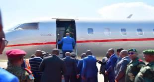 Vue de dos - Fatshi, president de la RDC, en train de monter sur un avion.
