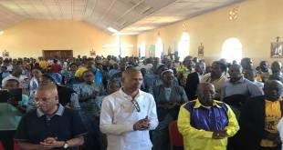 Moise KATUMBI [chemise blanche] dans une église.