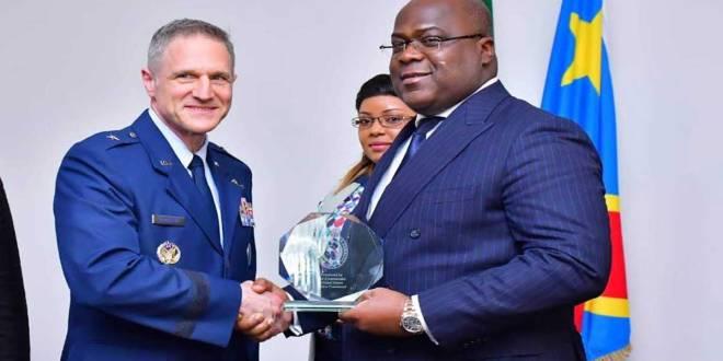Fatshi [droite], Président de la RDC et un Général de l'armée américaine.