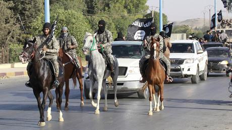 Des combattants de Daesh en train de défiler à Raqqa, Syrie