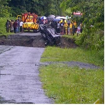 A section of the road gave way where the vehicle went down_Pont-Cassé_Dominica_Caraibes